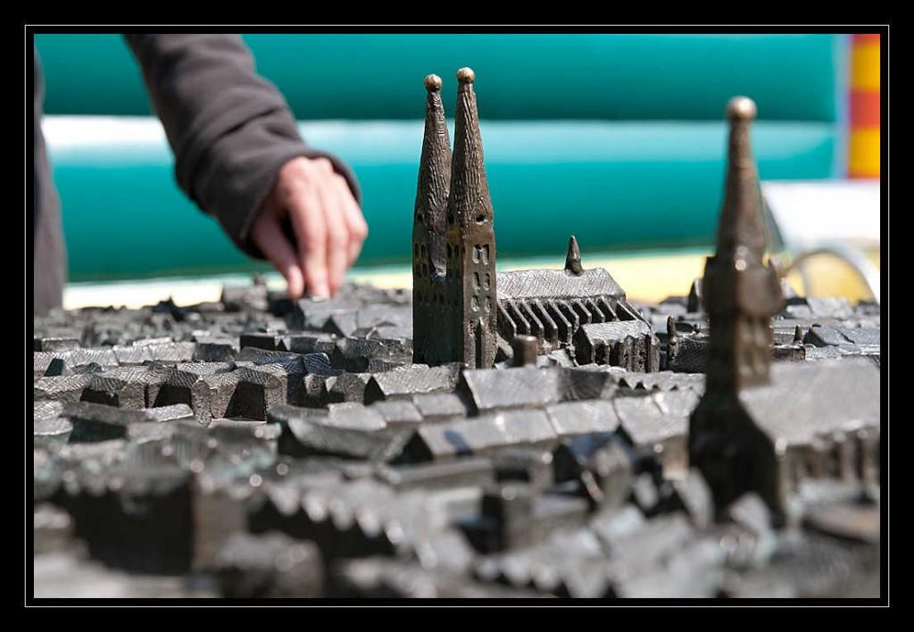 Ein Ausschnitt des Tastmodells der Hansestadt Lübeck, welches den Dom zu Lübeck zeigt. Im Hintergrund ertastet Jana einige Gebäude des Modells.
