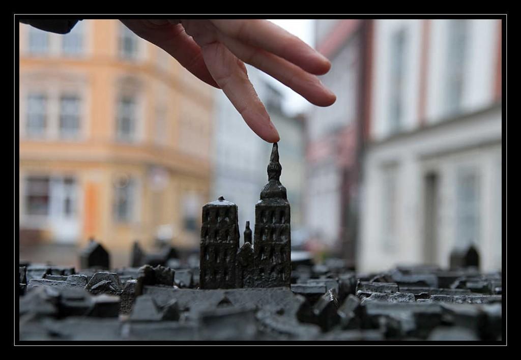 Tastmodell der Hansestadt Stralsund, im uoVordergrund die Kirche St. Nikolai, welche Jana mit ihrem Finger berührt.