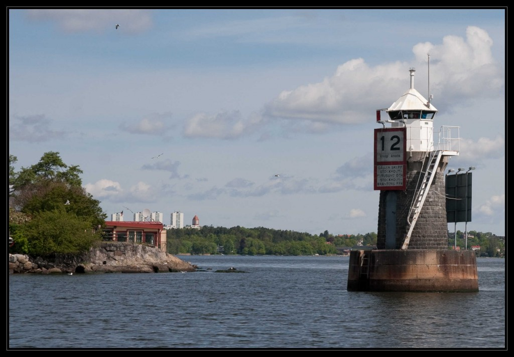 Stockholms Leuchtturm, klein weiß und der erste, der mit einer Automatik betrieben wurde. Der Leuchtturm steht auf einem Betonsockel im Wasser.