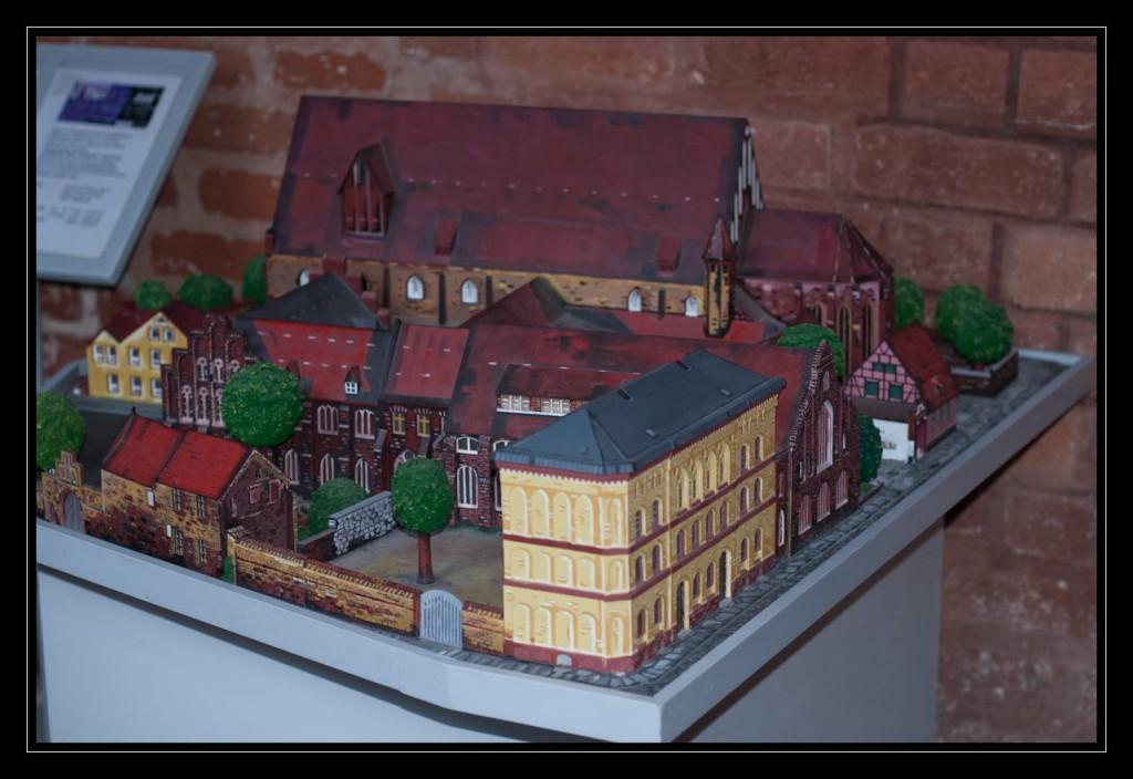 Foto: Tastmodell des Klosters St. Katharinen, im Vordergrund die ehemalige Musikschule in einem oker. Die Backsteingebäude im Hintergrund zeigen das Meeresmuseum sowie die Kapelle.