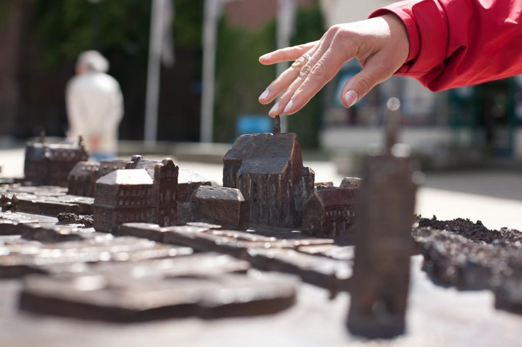 Bild: Ein Finger betstet die Spitze eines filigran ausgearbeiteten Kurchturms