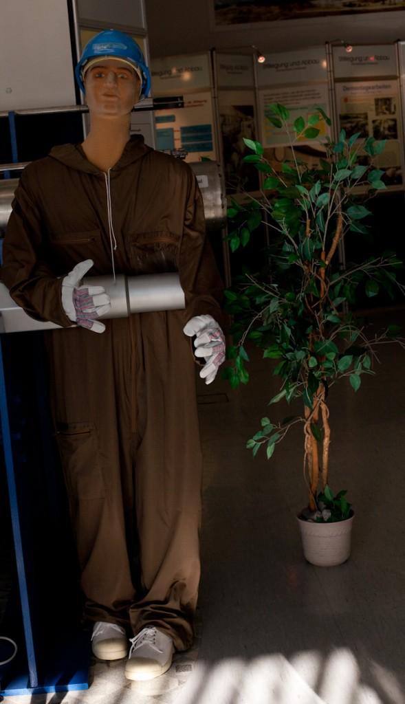 Puppe mit Strahlenschutzkleidung