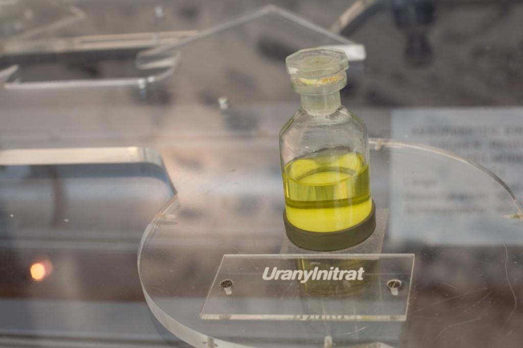 Uranylnitrat - eine gelbliche Flüssigkeit in einem Fläschchen