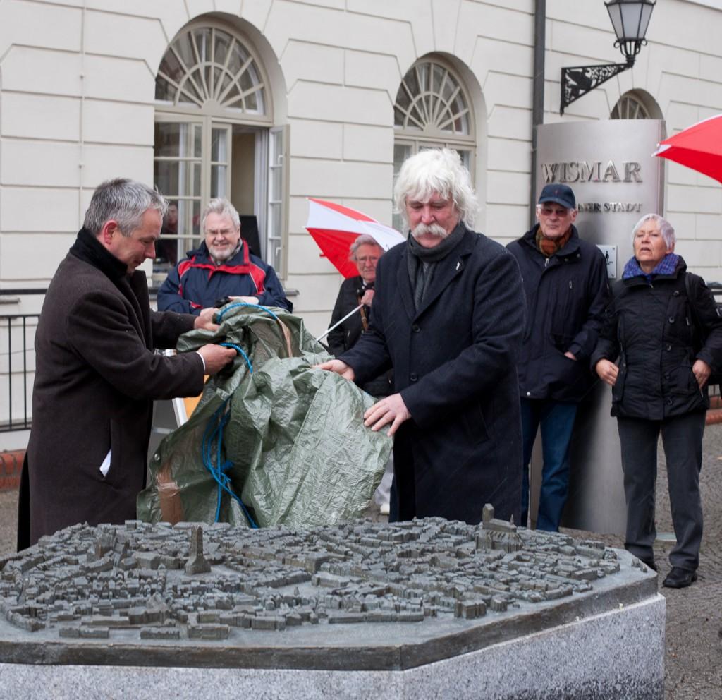 Foto: Bürgermeister Thomas Beyer und der Künstler Egbert Broerken enthüllen gemeinsam das Altstadtmodell der Hansestadt Wismar.