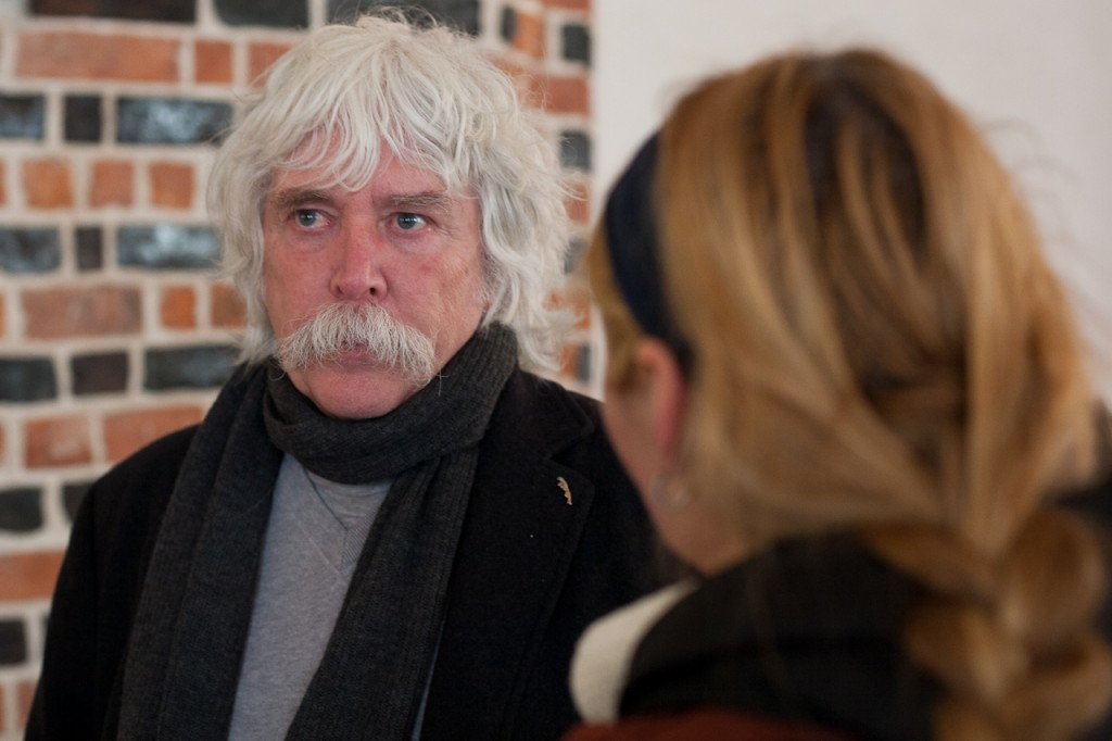 Foto: Jana im Interview mit dem Künstler Egbert Broerken.