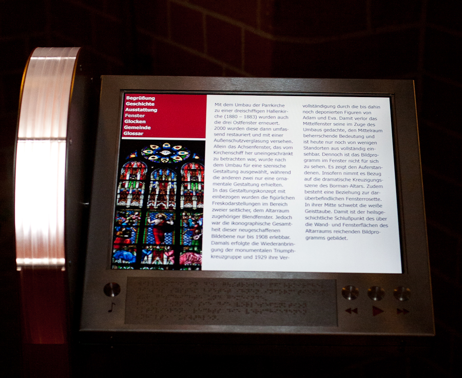 Foto: Sacris frontal - der Bildschirm und die darunter befindlichen Bedienelemente nebst Braillebeschreibung zur Handhabung des Geräts sind gut erkennbar.