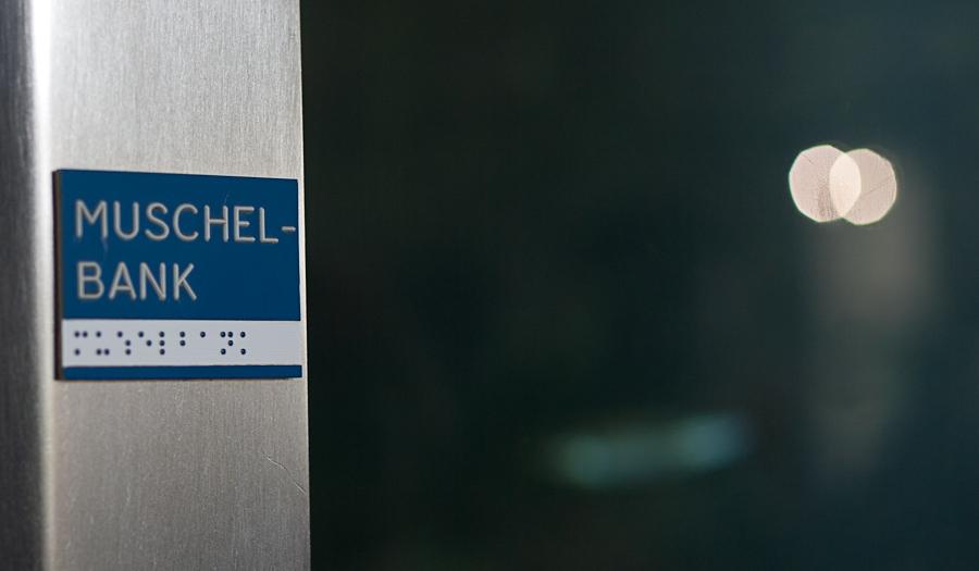 Foto: Die auf einem Kunststoffetikett aufgebrachte Pyramidenschrift ist weiß auf blauem Grund, während die Punktschrift blau auf weißem Grund gestaltet ist.
