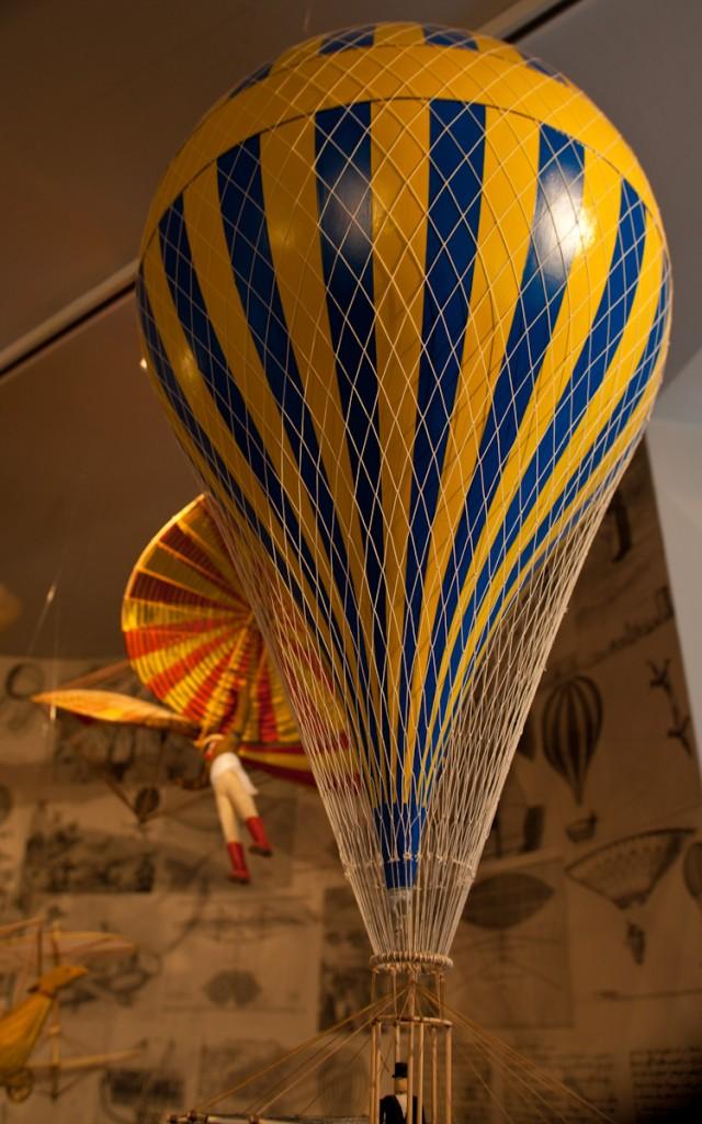 Warne Farben umhüllen einen blau gelb gestreiften Ballon.