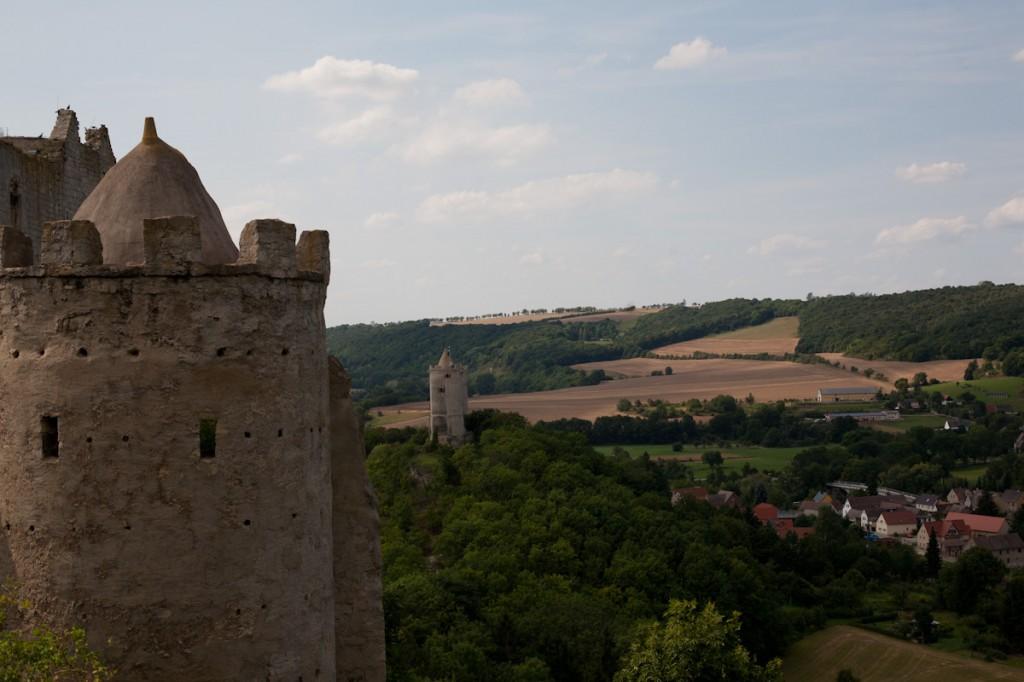 Im Vordergrund die Rudelsburg und im Hintergrund die Burg Saaleck