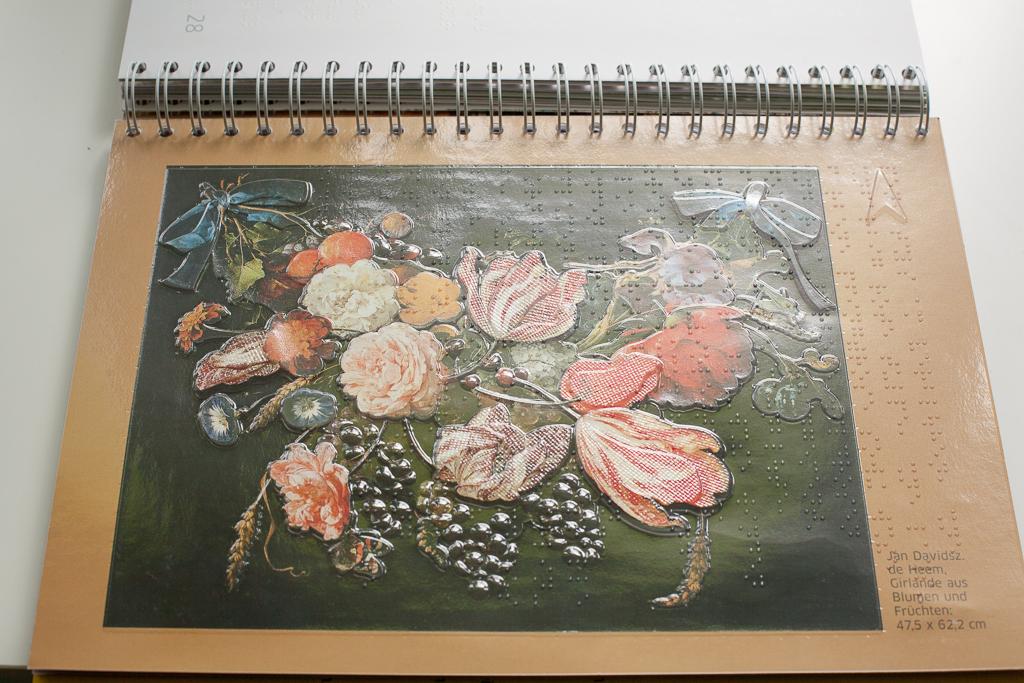 Foto: Aufwändiges dargestelltes Gemälde von Blumen und Früchten