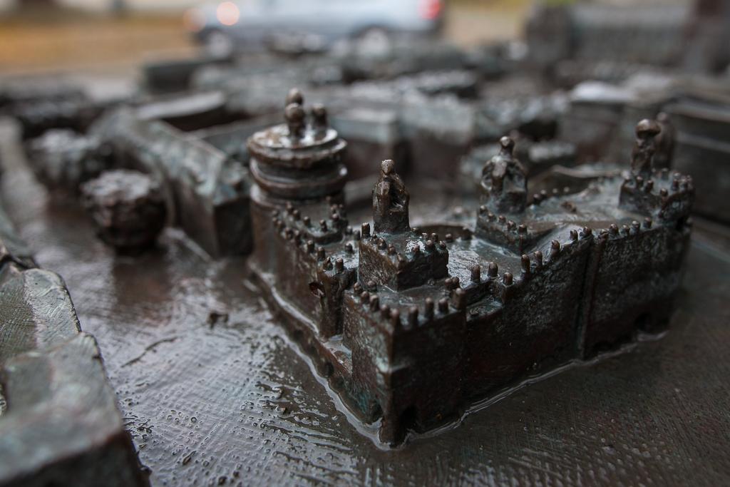 Foto: Bronzemodell der Stadt Magdeburg - in der Detailansicht die Grüne Zitadelle