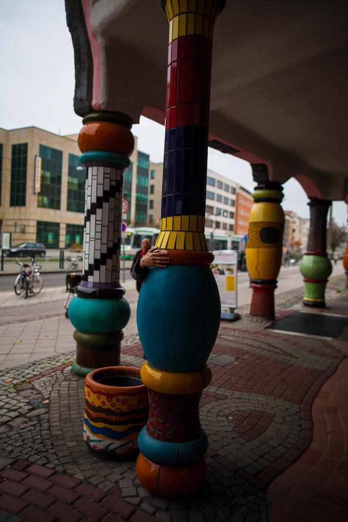Foto: Bunte Säulen mit Mosaikfliesen in der Grünen Zitadelle