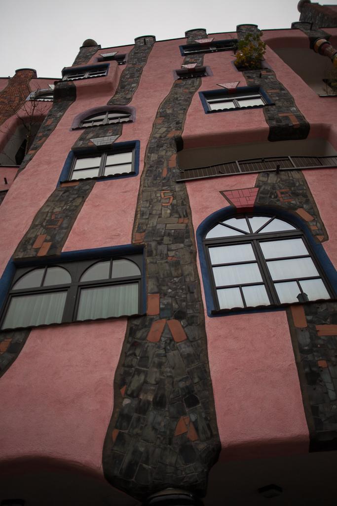 Foto: Tanzende Fenster an einer Außenfassade der Grünen Zitadelle.