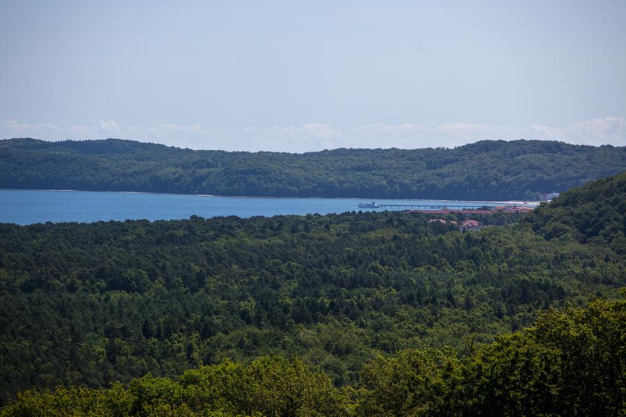 Foto: Blick auf Wasser und Wald in Richtung Binz