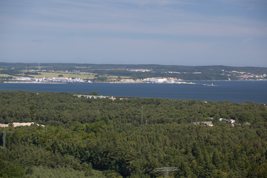 Foto: Im Vordergrund ein Teil der KDF Anlage von Prora, im Hintergrund der Fährhafen Mukran und ein Teil von Sasnitz