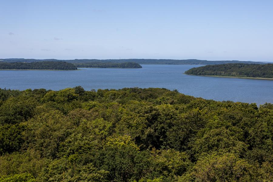 Foto: Blick auf den Kleinen Jasmunder Bodden mit seinen bewaldeten Landzungen