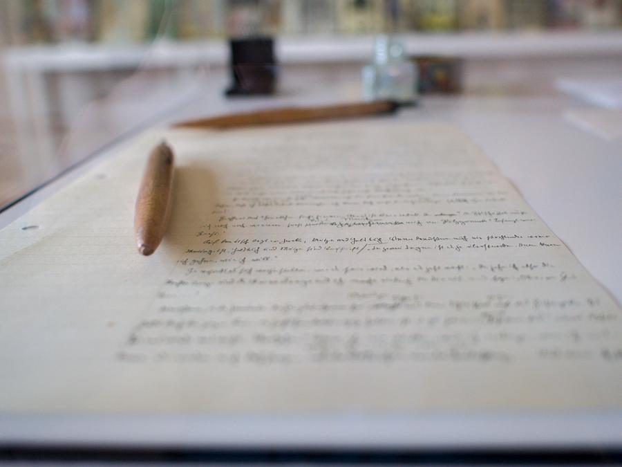 Foto: Ein Schriftstück Falladas mit einem Bleistift.