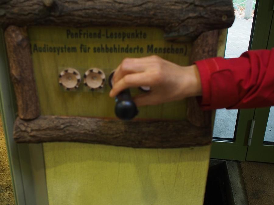Foto: Tafel mit Penfriend Lesepunkten. Oberhalb der gelblichen Tafel befindet sich der Schriftzug Penfriend Lesepunkte - Audiosystem für sehbehinderte Menschen)